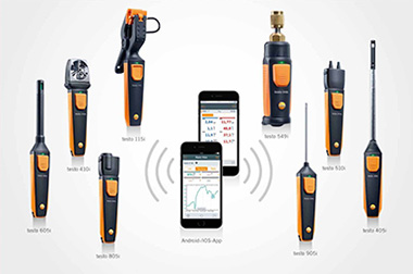 Testo Smart Probes Family surrounding two smartphones